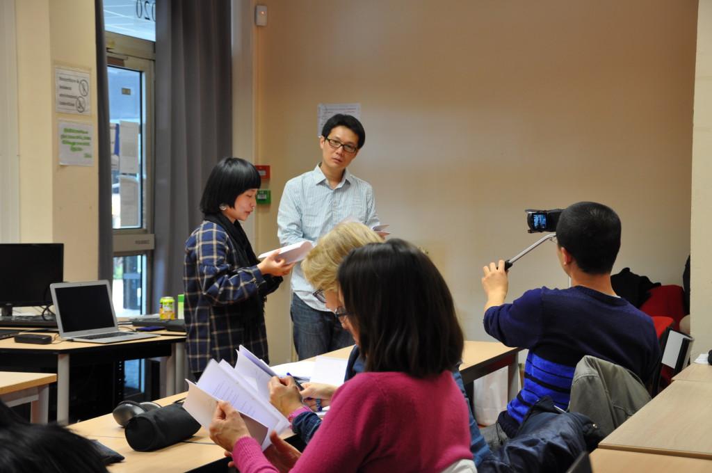 YE Mimi lit ses poèmes et présente ses créations vidéo; à droite, LO Shih-lung