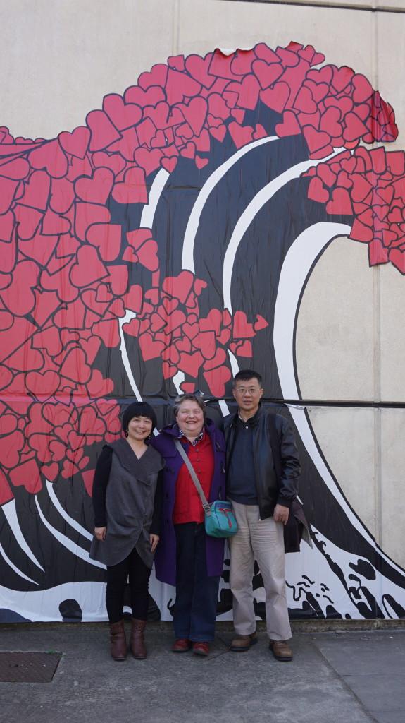 """Photo-souvenir devant """"la vague"""" : Ye Mimi, Carole Thouvenin, Chen Li"""