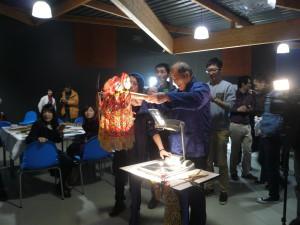 M. WU Shengping projète les ombres de plusieurs marionnettes
