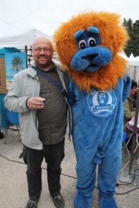 M. Fabrice Lebert pose avec la mascotte de la fête!