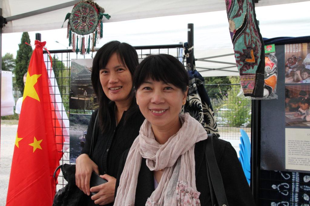 Mme Wang Wen et Mme Shi Xiao sur le stand du département de chinois