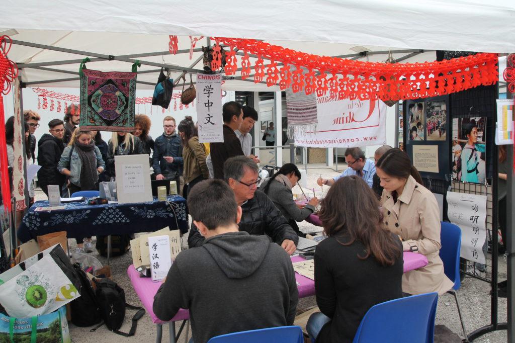 M. Alain Chen initiant des étudiants à la calligraphie chinoise