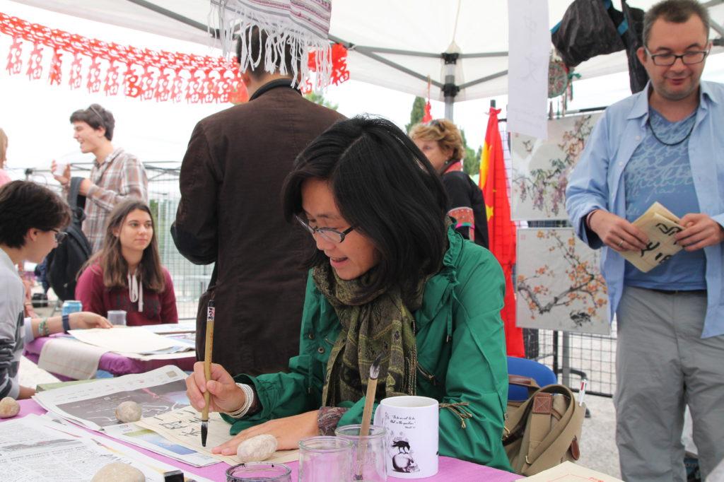 Mme Zhang Yanren animant l'atelier calligraphie