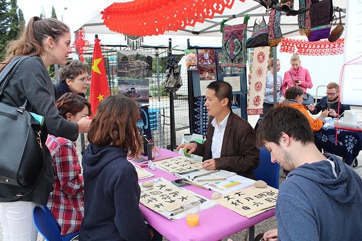 LO Shih-lung et les étudiants apprentis-calligraphes