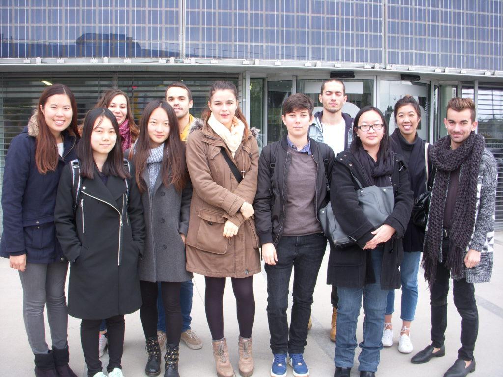 Les étudiants devant le bâtiment qui abrite l'incubateur