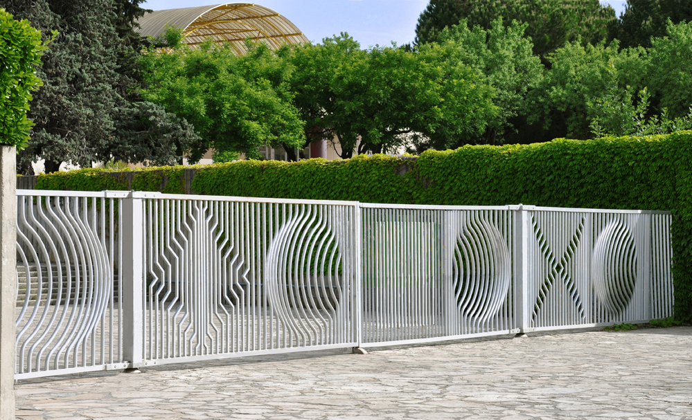 Le portail Vasarely à l'entrée principale du campus