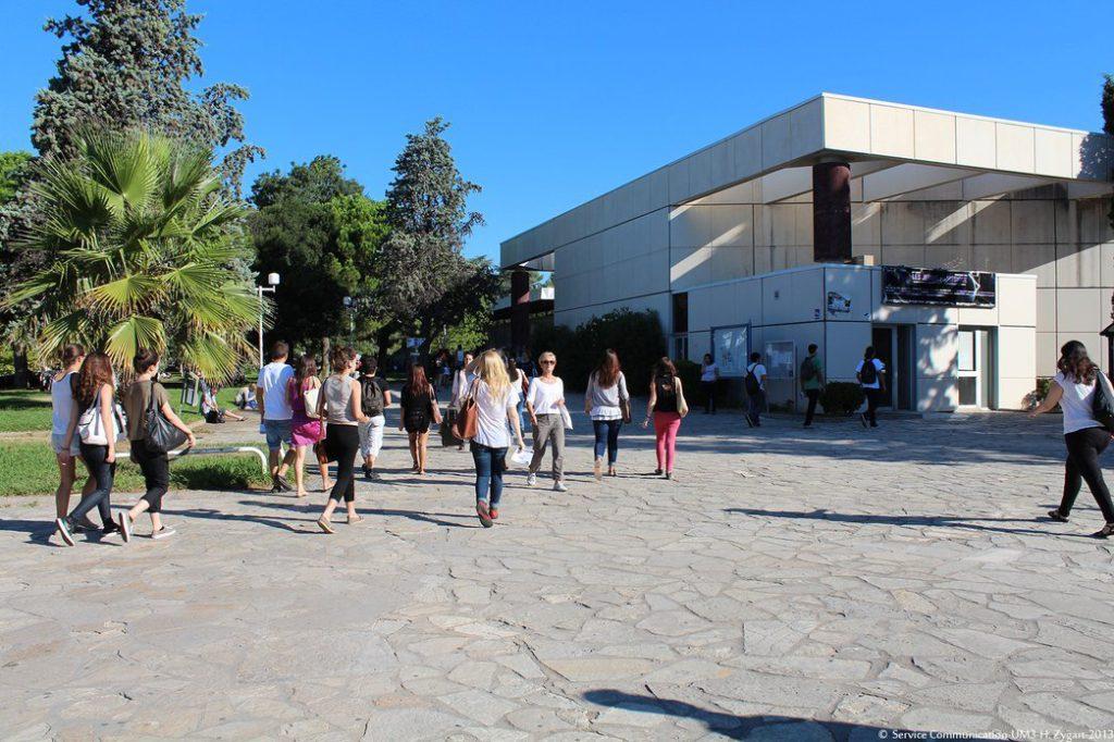 Une fois franchie la grille Vasarely, voici le bâtiment des amphithéâtres A, B, C où se tiennent les réunions de rentrée