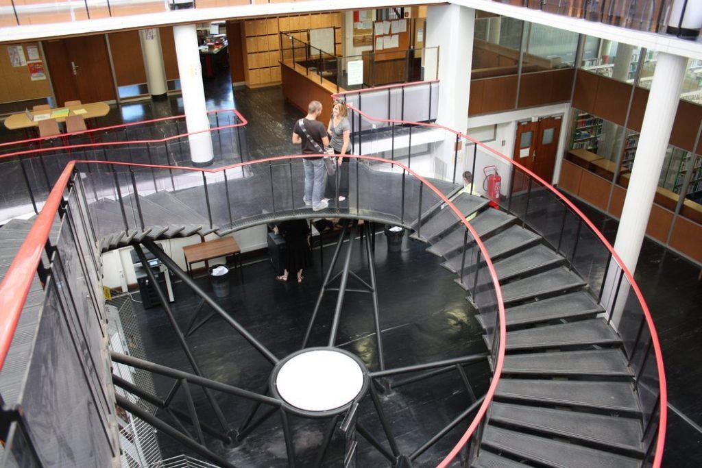 ... et la BU bibliothèque universitaire vis à vis du côté est du bât Les Guilhem
