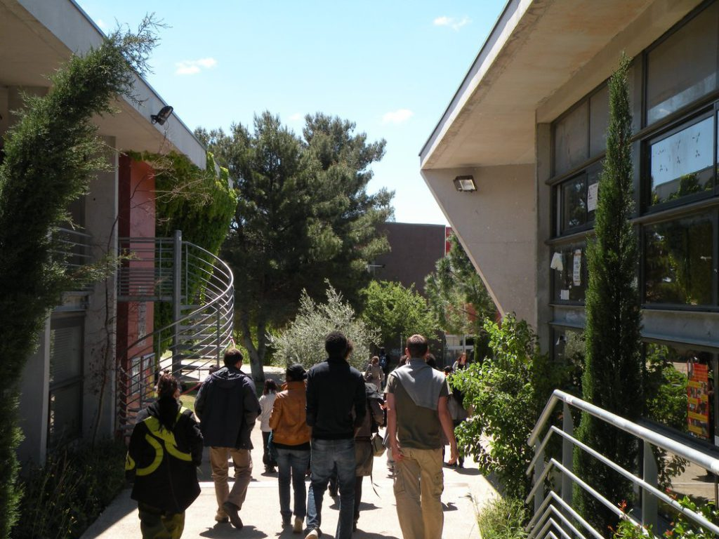 Avant le sortir du campus par le Nord : l'allée de la Maison des étudiants.