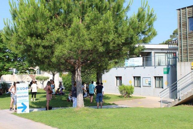 ... devant la salle Camproux (Maison des étudiants)