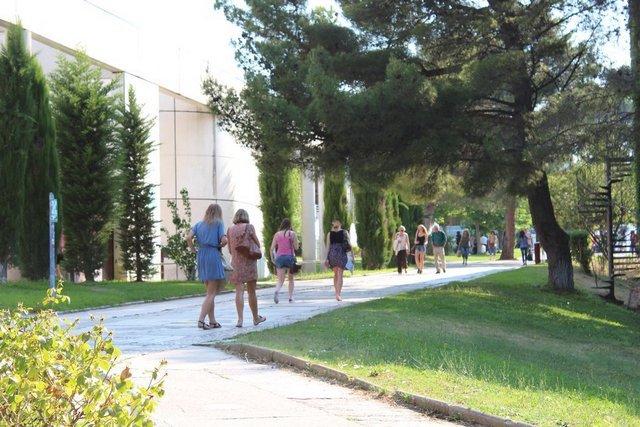 ... puis entre la BU et le bâtiment D vers la Maison des étudiants