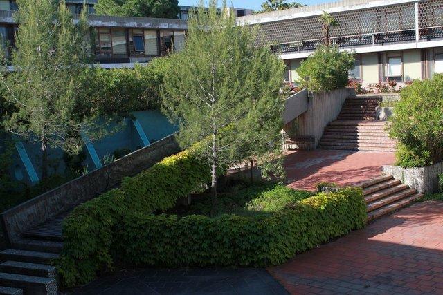 ... et le patio du bâtiment Les Guilhem